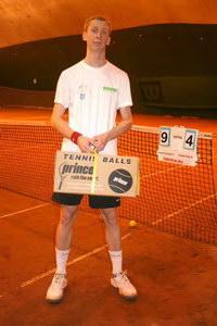 Приятный сюрприз в виде коробки теннисных мячей ждал по окончании игры финалиста среднего дивизиона Семенова Ивана