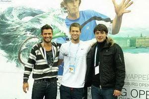 Участники турниров CREYDA Сергей Горпинко (на фото слева), Кирилл Яшков (справа) с победителем SPbOpen в парном разряде Трэвисом Пэрро