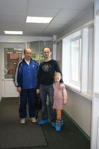 Уважаемый тренер Измаил Измаилович (Л) и Михаил Шилов с дочерью тоже посмотрели на игру