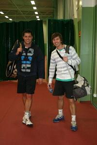 Михаилу Судьенкову (Л) надо еще поработать над теннисными свечками. Роман Потапов (П) поможет ему настроить и этот удар