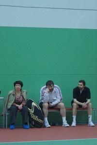 Сергей Капшай (Ц) никогда не теряет времени даром. При просмотре теннисных матчей он развивает собственную концентрацию внимания - неотрывно следя за мячом.
