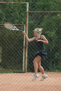 На соседнем корте юная теннисистка готовилась к профессиональному туру
