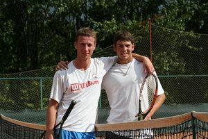 Участники показательного матча Абсолютного тенниса - Владислав Свиридов (Л) и Максим Раковский