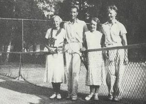 Теннис был излюбленным летним развлечением жителей Терийок и гостей.После игры вчетвером 1935 год.
