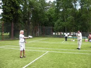 Директор Парка Г.В. Смолянская, как лицо Клуба, сделала под аплодисменты собравшихся первый символический удар по мячу