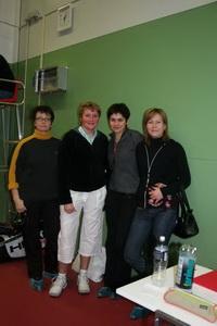 Светлана Семищенко (на фото вторая слева) с группой теннисных единомышленников