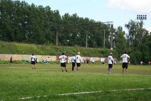 На соседнем футбольном поле играли во фрисби
