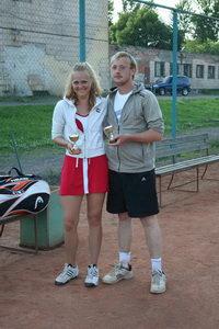 Очаровательная Александра Глебова сперва болела за Олега Сычева в его одиночном турнире, а потом вместе с ним выиграла микстовый разряд