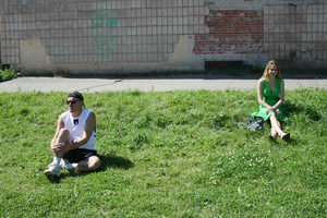 Некоторые зрители расположились на зеленом Creyda-холме