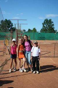 Слева - финалист нижнего дивизиона Крондева Арина, крайний справа - победитель Дрезер Мориц