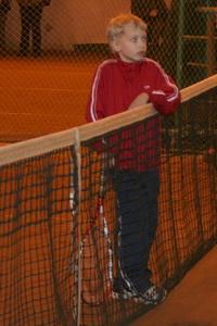 Семен Солинский запросто может облокотиться о теннисную сетку