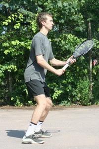 Павел демонстрирует стойку теннисиста