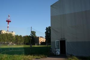 На соседнем футбольном поле дубль Зенита по утрам тренируется