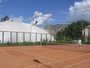 Два грунтовых корта, для любителей погонять теннисных ягуаров