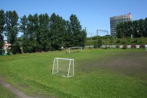 А рядом - футбольное поле