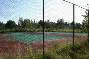 Открытые корты с советских времен стоят. Поросли немного порослью, но если очень захочется под открытым небом погонять теннис - пожалуйста