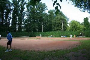 Теннисный минимализм - ничего лишнего. Зато одни из старейших кортов в городе