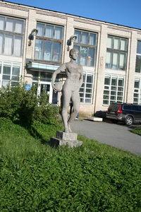У входа вас приветствуют атланты советского стандарта. На фото, кстати, девушка. Скорее всего