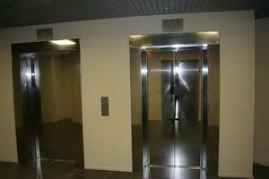 Блестящий лифт, сияющий металл