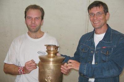 Константин Щая-Зубров (слева) получает латунный Кубок